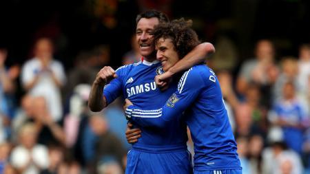 John Terry (kiri) bersama dengan David Luiz. - INDOSPORT