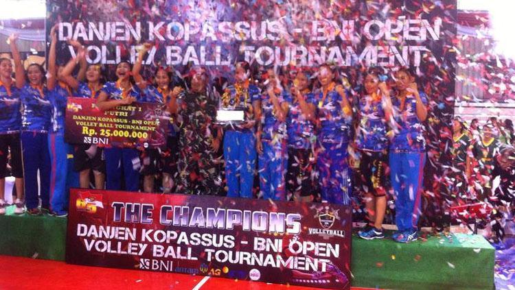 Tim bola voli putri Mabes AU dan tim putra PBVAD menjuarai kejuaraan Danjen Kopassus-BNI Open Volleyball 2017. Copyright: Istimewa