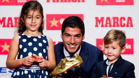 Luis Suarez (tengah) bersama Delfina (kiri) dan Benjamin. - INDOSPORT