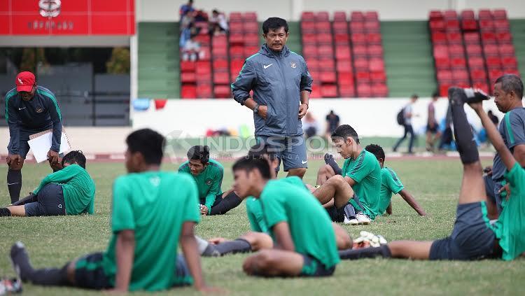Pelatih Timnas U-19, Indra Sjafri memantau anak asuhnya usai internal game di Lapangan Sutresna, Cijantung. Copyright: Herry Ibrahim/Indosport