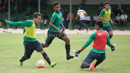 Pemain Timnas U-19, Egy Maulana Vikri (kiri) saat mencoba mengelabui penjaga gawang di internal game. - INDOSPORT