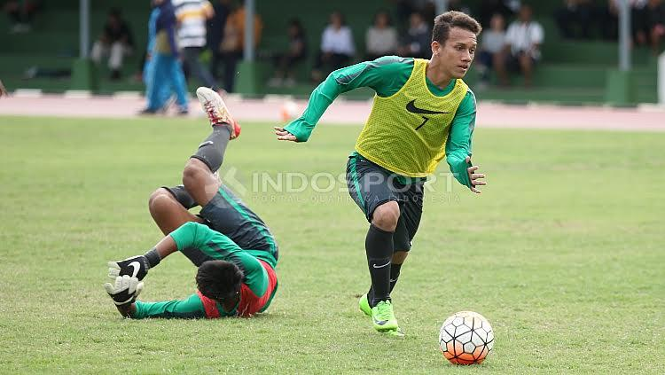 Pemain Timnas U-19, Egy Maulana Vikri (kanan) berhasil melewati hadangan kiper pada internal game. Copyright: Herry Ibrahim/Indosport