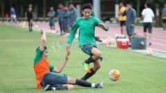Indosport - Duel Brown bersaudara, Jack Brown (kanan) dan George Brown pada internal game Timnas U-19.