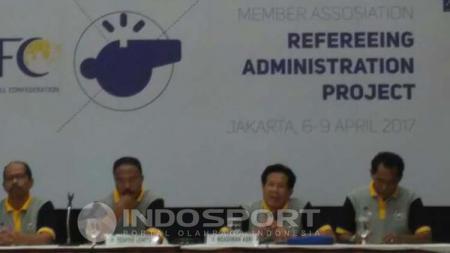 AFC memberikan penataran kepada sejumlah wasit yang bakal memimpin kompetisi di Indonesia. - INDOSPORT
