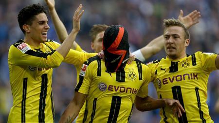 Skuat Dortmund rayakan keberhasilan Aubameyang mencetak gol. - INDOSPORT