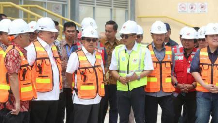 Jusuf Kalla saat meninjau venue Asian Games di Palembang, Sabtu (08/04/17). - INDOSPORT