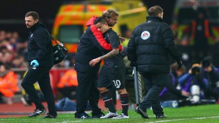 Jurgen Klopp memeluk Philippe Coutinho, saat melawan Bournemouth. - INDOSPORT