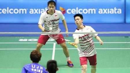 Pasangan ganda putra Indonesia, Marcus Fernaldi Gideon/Kevin Sanjaya Sukamuljo tampak mengembalikan smash kepada pasangan China. - INDOSPORT