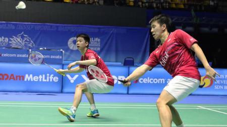 Marcus Fernaldi Gideon/Kevin Sanjaya Sukamuljo berusaha mengembalikan smash kepada pasangan China. - INDOSPORT