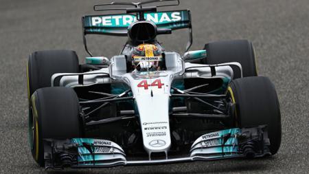 Lewsi Hamilton meraih finish pertama di Sirkuit Internasional Shanghai, China. - INDOSPORT