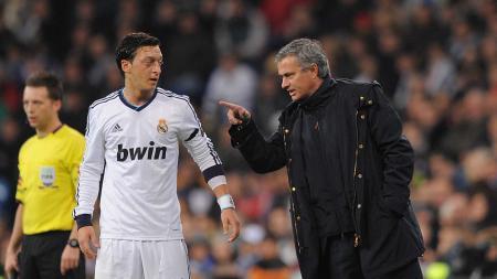 Mourinho (kanan) berinteraksi dengan Ozil saat masih memperkuat Real Madrid. - INDOSPORT