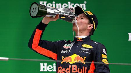 Max Verstappen selebrasi setelah berhasil finish di urutan ketiga. - INDOSPORT