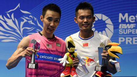 Juara Malaysia Open Super Series Premier 2017, Lin Dan dari China (kanan) berpose dengan Lee Chong Wei di podium saat upacara penghargaan. - INDOSPORT