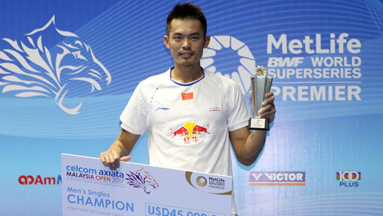 Lin Dan pose dengan trofi dan hadiah setelah dirinya juara Malaysia Open Super Series Premier 2017. Copyright: Allsport Co./Getty Images