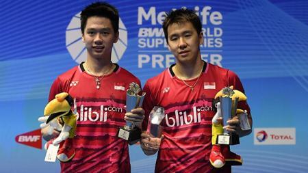 Marcus Fernaldi Gideon dan Kevin Sanjaya Sukamuljo pose setelah juara Malaysia Open Super Series Premier 2017. - INDOSPORT