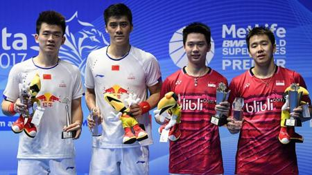 Marcus Fernaldi Gideon dan Kevin Sanjaya Sukamuljo (kanan) pose bersama Fu Haifeng dan Zheng Siwei sebagai juara runner up. - INDOSPORT