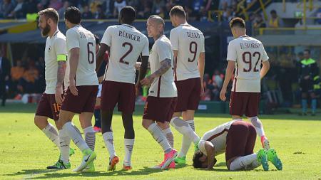 Mohamed Salah bersujud merayakan golnya ke gawang Bologna. - INDOSPORT