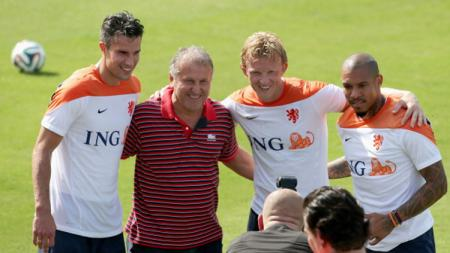 Zico berpose dengan pemain Belanda beberapa tahun silam. - INDOSPORT