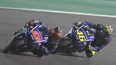 Dua pembalap Movistar Yamaha, Maverick Vinales (kiri) dan Valentino Rossi. - INDOSPORT