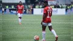 Indosport - Aksi Yabes Roni saat membawa Bali United menang atas Persib Bandung dalam laga uji coba.