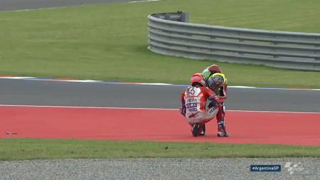 Aleix Espargaro memeluk Andrea Dovizioso di pinggir lintasan usai insiden. - INDOSPORT