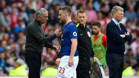 Pelatih dan bek kiri Man United, Jose Mourinho (kiri) dan Luke Shaw. - INDOSPORT