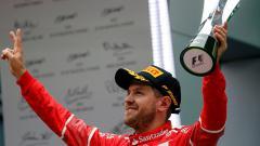 Indosport - Sebastian Vettel melakukan hal mulia dengan membantu salah satu penggemar yang menggunakan kursi roda. Marco Canoniero/LightRocket via Getty Images.