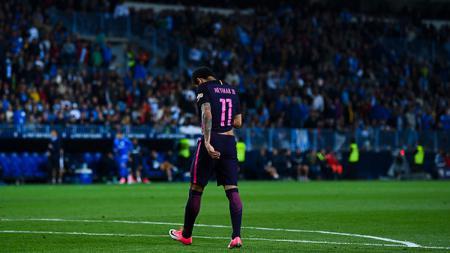 Neymar berjalan keluar lapangan usai dikartu merah oleh wasit saat Barcelona tumbang oleh Malaga dengan skor 2-0. - INDOSPORT