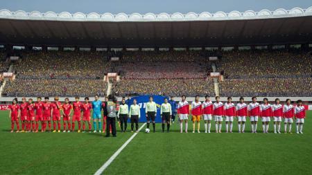Pertandingan antara Timnas sepakbola perempuan Korea Selatan vs Korea Utara yang bergulir di Stadion Kim Il-sung. - INDOSPORT