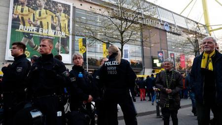 Kepolisian Jerman melakukan penjagaan ketat menyusul ledakan yang menimpa bus Dortmund. - INDOSPORT