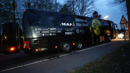 Kondisi bus pemain Borussia Dortmund setelah mengalami ledakan. - INDOSPORT