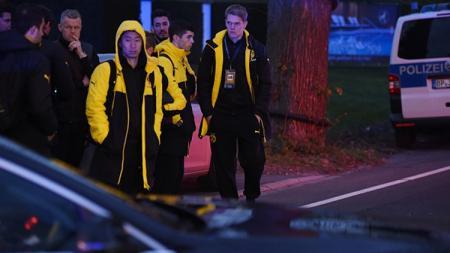 Para pemain Dortmund saat dievakuasi dari bus tim yang mendapatkan aksi teror. - INDOSPORT