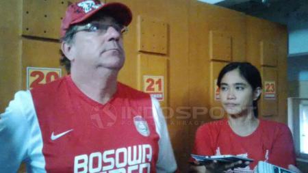 Media Officer PSM Makassar, Andi Widya Syadzwina (kanan) dan Robert Rene Alberts. - INDOSPORT