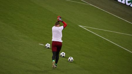 Manuel Neuer saat menjalani pemanasan jelang laga melawan Real Madrid. - INDOSPORT
