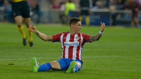Fernando Torres pasca terpeleset di kotak penalti Leicester City. - INDOSPORT