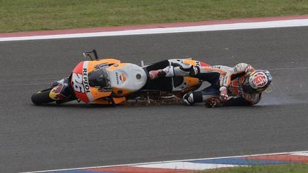 Pembalap Repsol Honda, Dani Pedrosa ketika terjatuh di MotoGP Argentina. - INDOSPORT