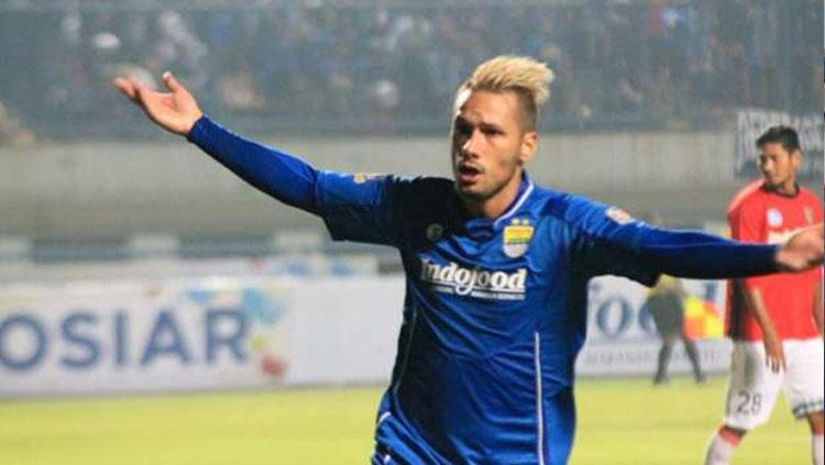 Gelandang Persib Bandung, Raphael Maitimo. Copyright: goal.com