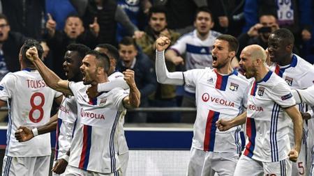 Selebrasi para pemain Lyon usai sukses membalikkan keadaan menjadi 2-1. - INDOSPORT