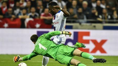 Fabri (hijau) saat hendak menahan bola sepakan Maxwel Cornet. - INDOSPORT