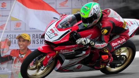 Pembalap Indonesia, Gerry Salim berhasil kibarkan merah putih di Thailand. - INDOSPORT