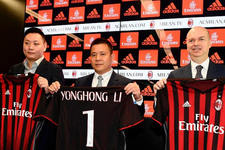 Presiden Milan, Yonghong Li (tengah) bersama perwakilan Rossoneri Sport Investment Lux. Copyright: MIGUEL MEDINA/GETTYIMAGES