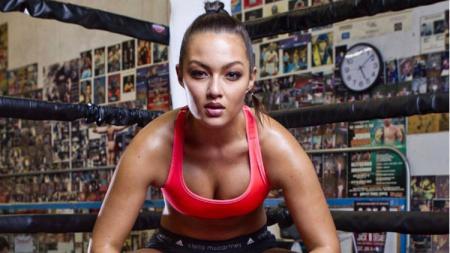 Mia Kang, seorang model asal Hongkong yang ikut pertarungan muay thai di Thailand. - INDOSPORT