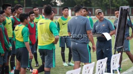 Fakhri Husaini memberikan instruksi dalam sesi latihan kepada pemain Timnas Indonesia U-16. - INDOSPORT