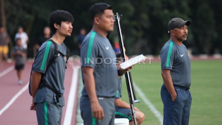 Pelatih Timnas U-16, Fakhri Husaini (depan) tengah memantau bersama staff pelatihnya. Copyright: Herry Ibrahim/INDOSPORT