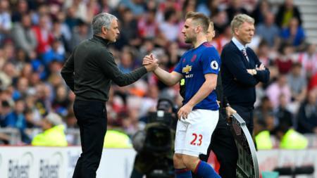 Luke Shaw dan Jose Mourinho. - INDOSPORT