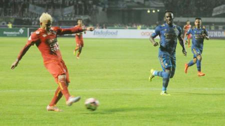 Cristian Gonzales tengah mengeksekusi bola ke arah gawang Persib Bandung. - INDOSPORT