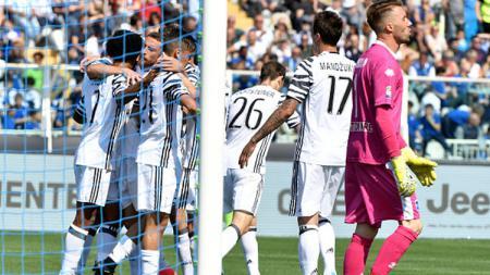 Pemain Juventus melakukan selebrasi setelah Gonzalo Higuain cetak gol. - INDOSPORT