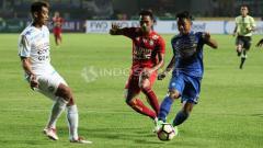 Indosport - Febri Hariyadi (Persib Bandung) membawa bola sampai depan gawang Kurnia Meiga.