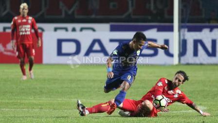 Gelandang tengah Persib Bandung, Gian Zola (tengah) mencoba melewati salah satu pemain Arema FC pada laga pembuka Liga 1 di Stadion Gelora Bandung Lautan Api (GBLA), Sabtu (15/04/17).