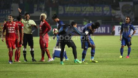 Marquee player Persib Bandung, Michael Essien (kedua dari kanan) memegang bahunya usai dilanggar salah satu pemain Arema FC pada laga pembuka Liga 1 di Stadion Gelora Bandung Lautan Api (GBLA), Sabtu (15/04/17).